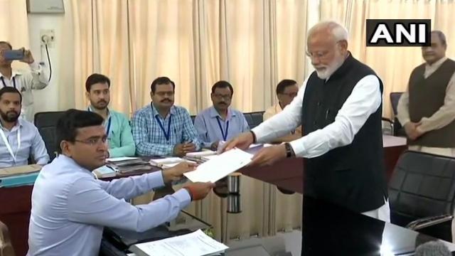 उमेदवारी अर्ज देताना पंतप्रधान नरेंद्र मोदी (छायाचित्र: एएनआय)