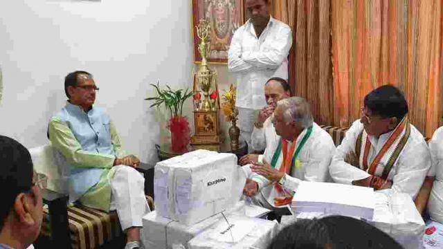 काँग्रेसने शिवराज सिंह चौहान यांच्या घरी जाऊन कर्जमाफीची कागदपत्रे दिली (Twitter Congress)