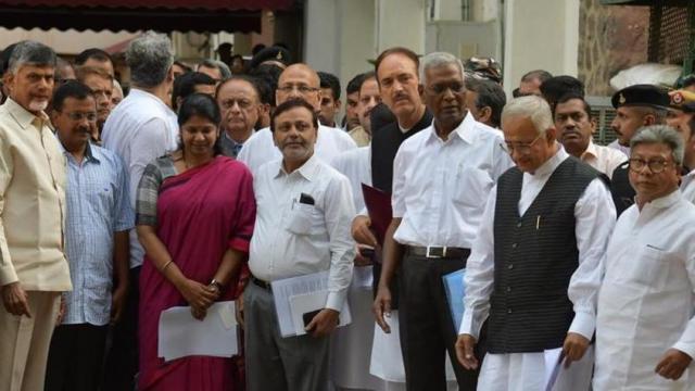 विरोधकांनी निवडणूक आयोगाची भेट घेतली