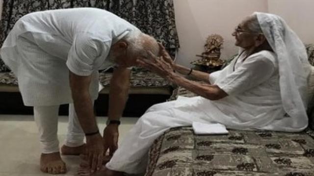 पंतप्रधान नरेंद्र मोदी यांनी निवास्थानी जाऊन त्यांच्या आईचा आशीर्वाद घेतला