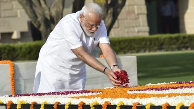 नरेंद्र मोदी यांनी राजघाटावर महात्मा गांधींना आदरांजली वाहिली