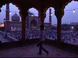 देशभरातील मशिदींवर रोषणाई पाहायला मिळत आहे.