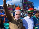 वर्ल्ड कपमधील काही सामन्यात क्रिकेट चाहत्यांनी मोदींचे मुखवटे घातल्याचे पाहायला मिळाले होते.