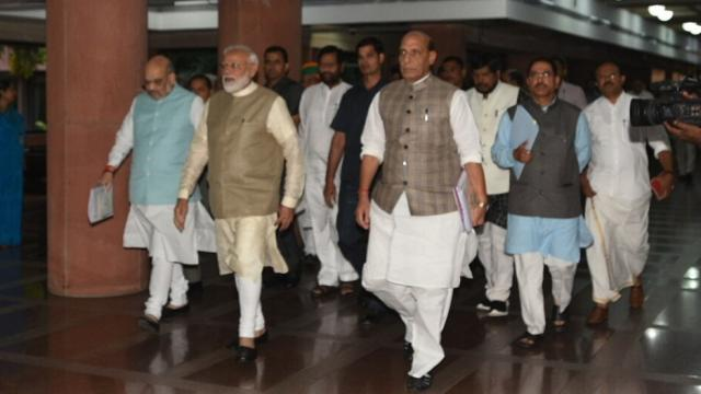 सर्वपक्षीय बैठकीनंतर बाहेर पडताना पंतप्रधान मोदी आणि मंत्रिमंडळातील सदस्य (Sonu Mehta/ HTphoto)