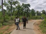 भैरमगड परिसरातील केशकुतुल गावाजवळील जंगलात जवान आणि नक्षलवादी यांच्यात चकमक झाली.