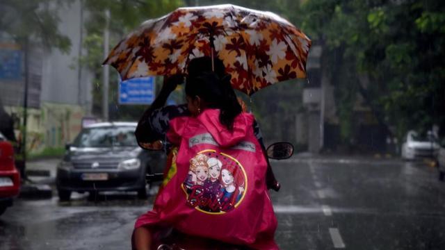 पावसामुळे मुंबईकरांची त्रेधातिरपीट