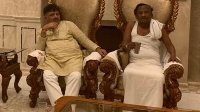 काँग्रेस नेते शिवकुमार आणि बंडखोर आमदार एमटीबी नागराज  (Photo/DK Shivakumar ' Office)