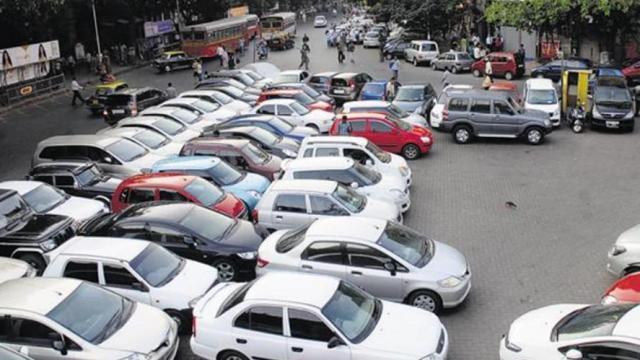 मुंबईत रस्त्यावर लावलेल्या गाड्या