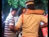 तरुण पोलिस अधिकाऱ्याचा मुका घेताना