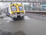 मुंबईत पावसामुळे रेल्वे रुळांवर पाणी साचले आहे (फोटो - प्रफुल्ल गांगुर्डे)