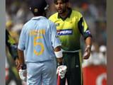 एका क्रिकेट सामन्यातील गौतम गंभीर आणि शाहिद आफ्रिदीचे छायाचित्र