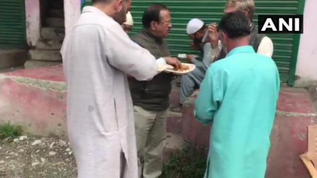 जम्मू-काश्मीरः सामान्य नागरिकांबरोबर अजित डोवाल यांचे भोजन (ANI)