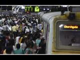 चर्चगेट रेल्वेस्थानकावर प्रवाशांची प्रचंड गर्दी (HT photo by Kunal Patil) (मुंबई लोकल)
