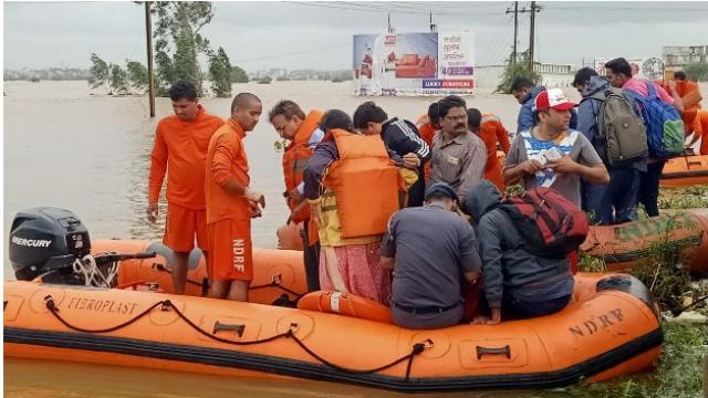 कोल्हापुरात एनडीआरएफचे पथक पूरग्रस्तांना मदत करताना (Photo- Sushant Jadhav)