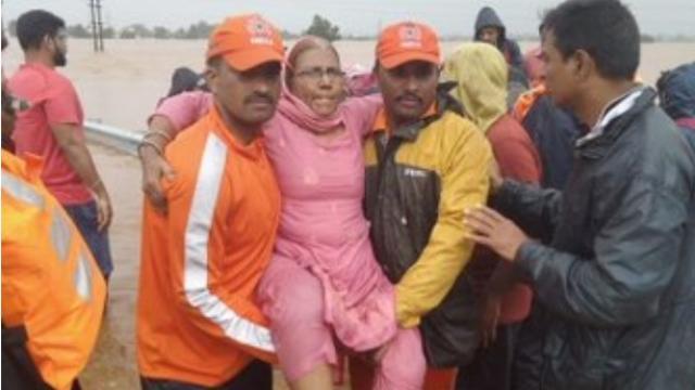 कोल्हापुरात मदतकार्य करत असलेले एनडीआरएफ पथक