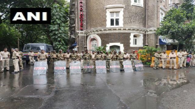 मुंबईत पोलिसांचा बंदोबस्त तैनात