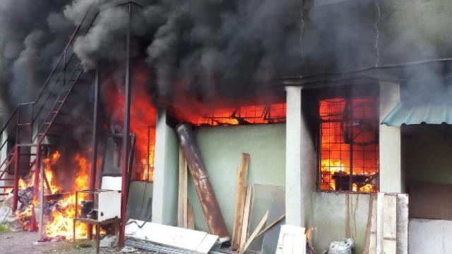 बेकर कंपनीला लागलेली आग (फोटो सौजन्य अग्निशामक दल)