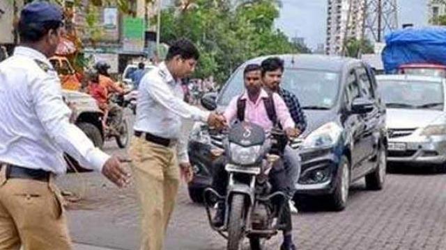 नियमांचे उल्लंघन करणाऱ्यांविरोधात वाहतूक पोलिसांकडून नव्या नियमानुसार कारवाई करण्यात येत आहे.