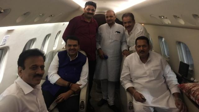 उदयनराजे भोसले मुख्यमंत्री देवेंद्र फडणवीस यांच्यासोबत विमानाने दिल्लीला गेले.