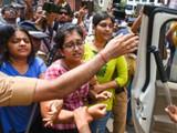 आरे वाचविण्यासाठी आंदोलन करणाऱ्या आंदोलकांना पोलिसांनी शनिवारी अटक केली. (फोटो - प्रमोद ठाकूर)