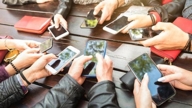 उत्तर प्रदेशात कॉलेज आणि विद्यापीठात मोबाईलवर बंदी