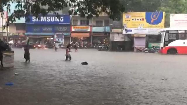 कोल्हापुरातील कागल बस स्थानक परिसरात गुडघ्या इतके पाणी साचले आहे.