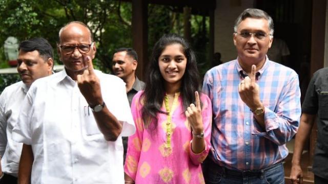 शरद पवार यांनी मुंबईत मतदानाचा हक्क बजावला. (फोटो - भूषण कोयंदे)