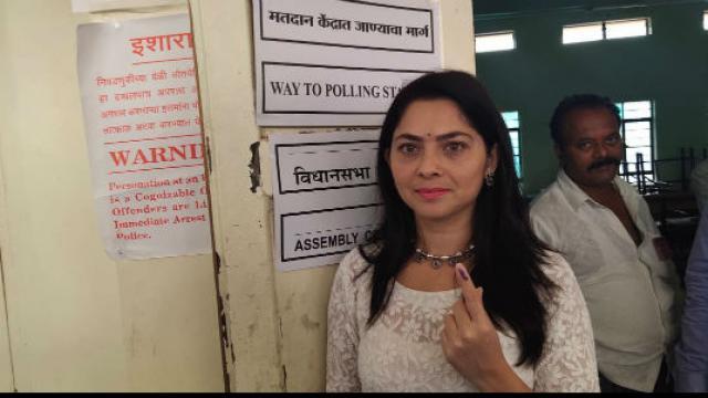 सेलिब्रिटींनी बजावला मतदानाचा हक्क