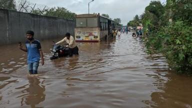 लोहगाव-धानोरी रस्त्यावर साचलेले पाणी. (फोटो - शंकर नारायण)