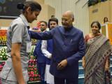 महिला पोलिसाची विचारपूस करताना राष्ट्रपती रामनाथ कोविंद