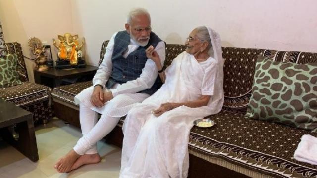 पंतप्रधान नरेंद्र मोदी आणि त्यांच्या आई हिराबेन