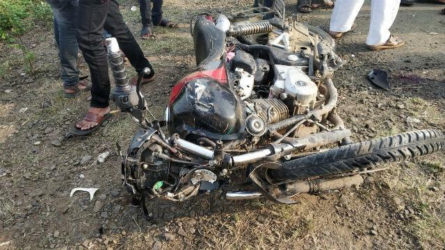 बीडमध्ये दुचाकीला अपघात