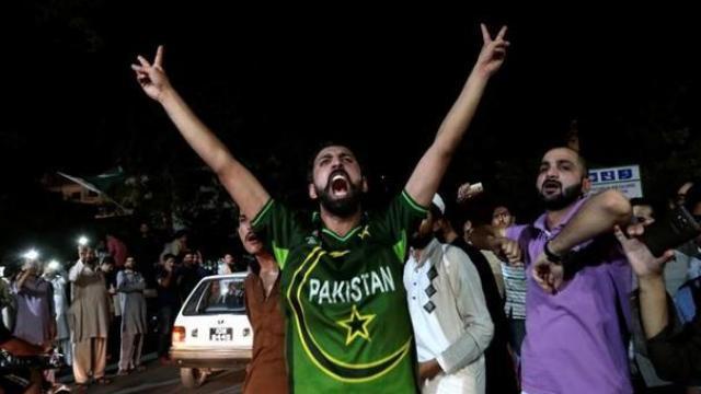 दहा वर्षांनंतर पाकिस्तानमध्ये कसोटी मालिका रंगणार आहे.