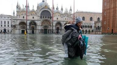 इटलीतील व्हेनिस शहरात मागील ५० वर्षांतील सर्वांत पूर आल्यामुळे तेथील सरकारने आणीबाणी जाहीर केली आहे.