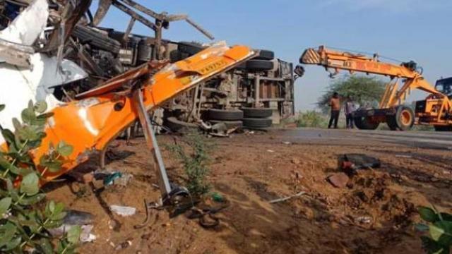 अपघातानंतर गाड्या हटविताना (फोटो - एएनआय)