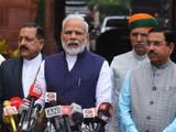 पत्रकारांशी संवाद साधताना पंतप्रधान नरेंद्र मोदी