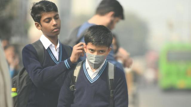 दिल्लीतील हवा प्रदूषणामुळे विद्यार्थ्यांना मास्क लावून शाळेत जावे लागते (फोटो - राज के राज)