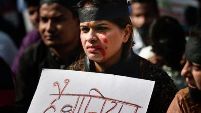 हैदराबादमध्ये पशुवैद्यकीय महिला डॉक्टरवर झालेल्या अत्याचाराच्या पार्श्वभूमीवर निदर्शने