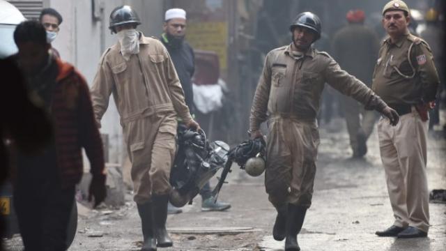 दिल्लीतील एका इमारतीला भीषण आग लागल्यामुळे ४३ जणांचा मृत्यू झाला आहे.(Sanchit Khanna/ HTPhoto)