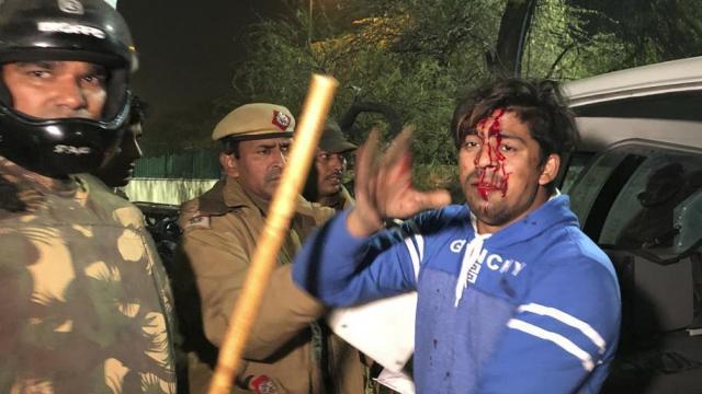 दिल्लीमध्ये आंदोलक विद्यार्थ्यांची पोलिसांनी धरपकड केली.