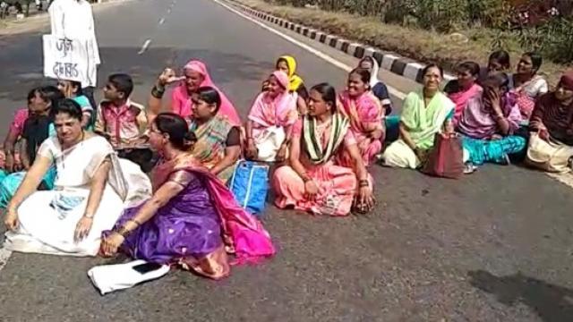 आंदोलक महिलांनी राष्ट्रीय महामार्गावर रास्ता रोको केले.