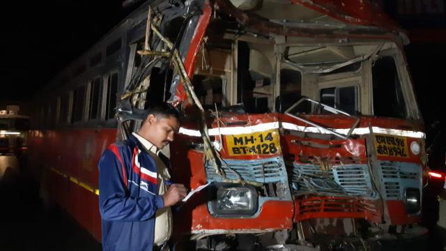 मुंबई-पुणे महामार्गावर शालेय बसचा अपघात