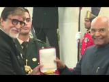 राष्ट्रपती रामनाथ कोविंद यांच्याकडून दादासाहेब फाळके पुरस्कार स्वीकारताना अमिताभ बच्चन