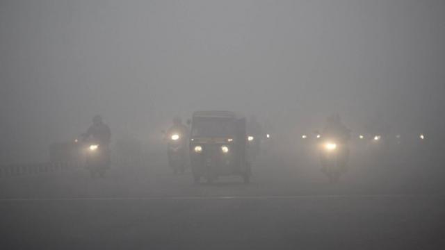 दिल्लीत गेल्या काही दिवसांपासून दाट धुके आहे. दृश्यमानताही कमी झाली आहे.