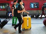दिल्ली-मुंबई मार्गावर प्रवाशांची कायम गर्दी असते