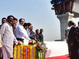 मुंबई पारबंदर पुलाच्या कामाचे उदघाटन करताना