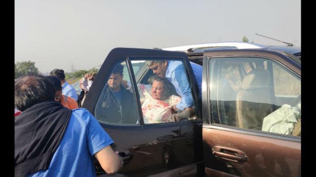 शबाना आझमीच्या गाडीला मुंबई- एक्स्प्रेसवेवर अपघात
