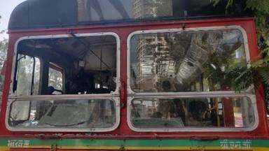 आंदोलकांनी मुंबईत चेंबूरजवळ बेस्ट बसवर दगडफेक केली. (फोटो - आलोक सोनी)