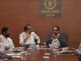पीएमआरडीएच्या अधिकाऱ्यांसोबत बैठक घेताना मुख्यमंत्री उद्धव ठाकरे