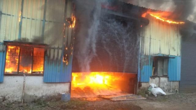 पुण्यात पिसोळीमध्ये फर्निचर गोडाऊनला लागलेली आग. (एचटी फोटो)